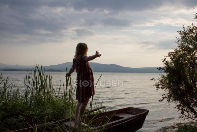 Femme regardant vers la mer — Photo de stock