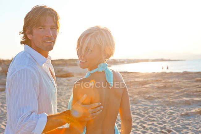 Пара отдыха на пляже — стоковое фото