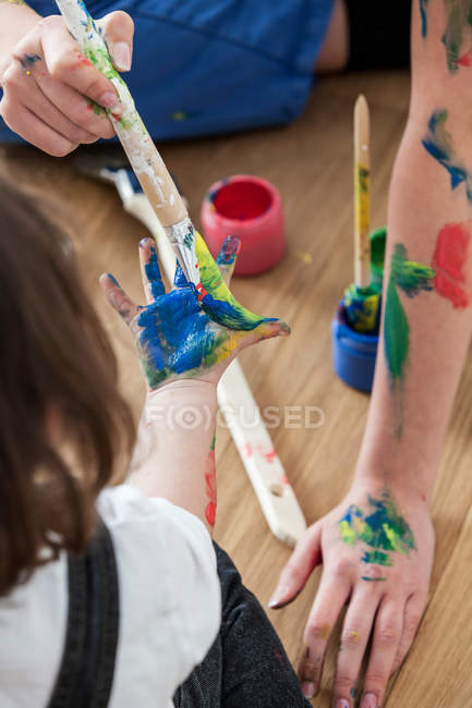 Mother and daughter playing with paint — Stock Photo