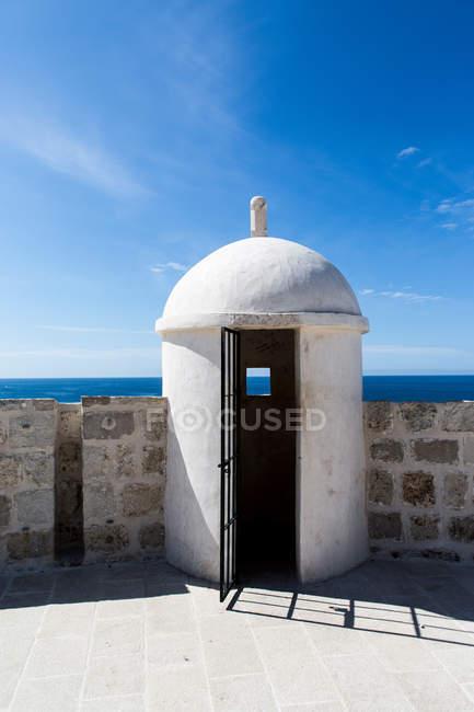Torre de vigilancia abovedada en las murallas de la ciudad - foto de stock