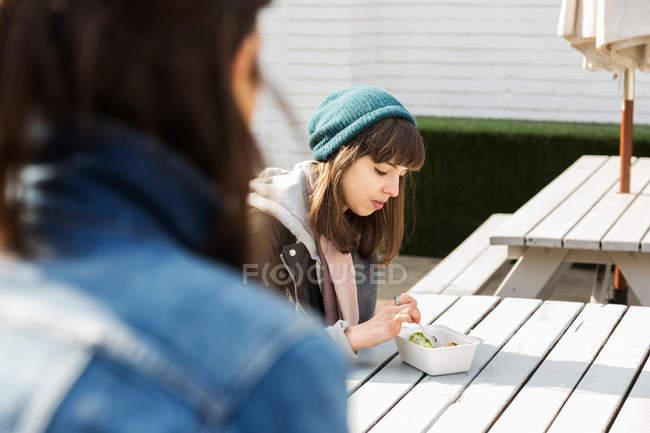 Молодая женщина, еда на вынос — стоковое фото