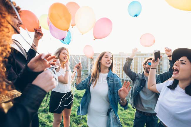 Gruppe von Freunden genießen Dach Partei — Stockfoto