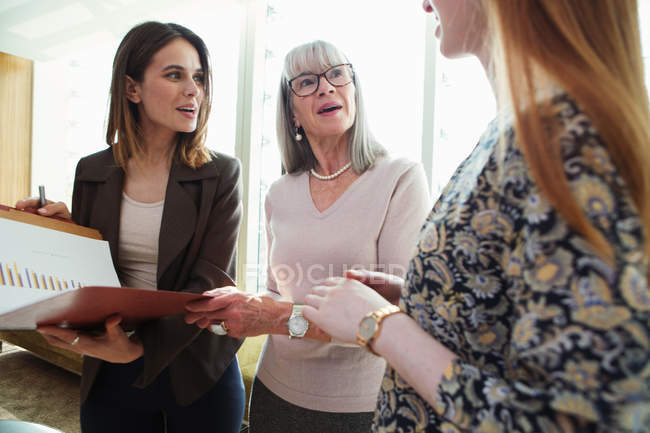 Business women having discussion — стоковое фото