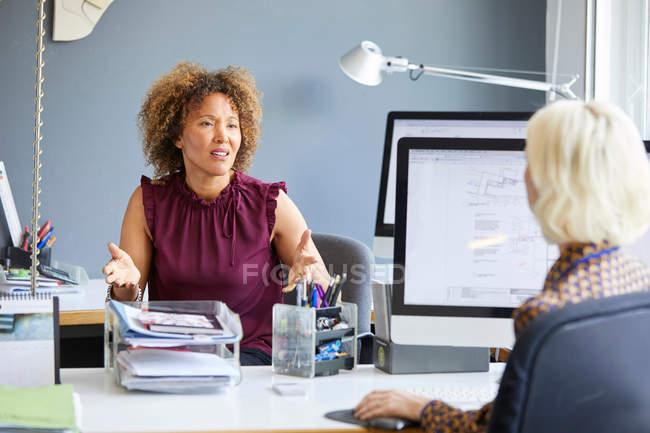 Жіночий дизайнера в офісі зустрічі — стокове фото