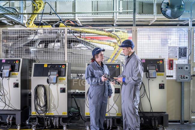 Engenheiros aprendizes com robô selante de carro — Fotografia de Stock
