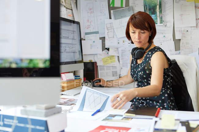 Diseñadora femenina en la oficina - foto de stock