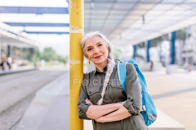 Mochilero femenino en la estación de autobuses - foto de stock