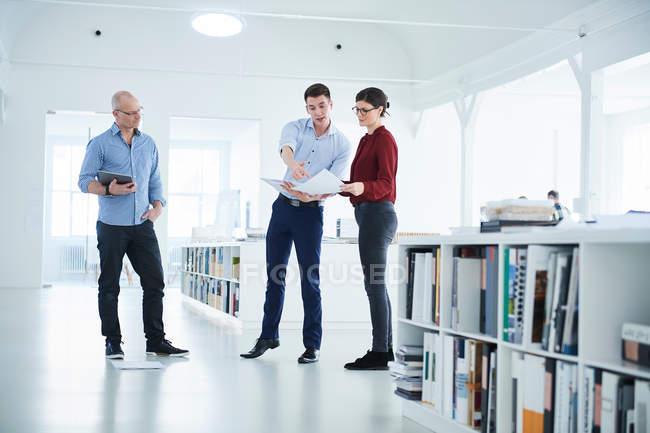 Collègues discuter des formalités administratives — Photo de stock