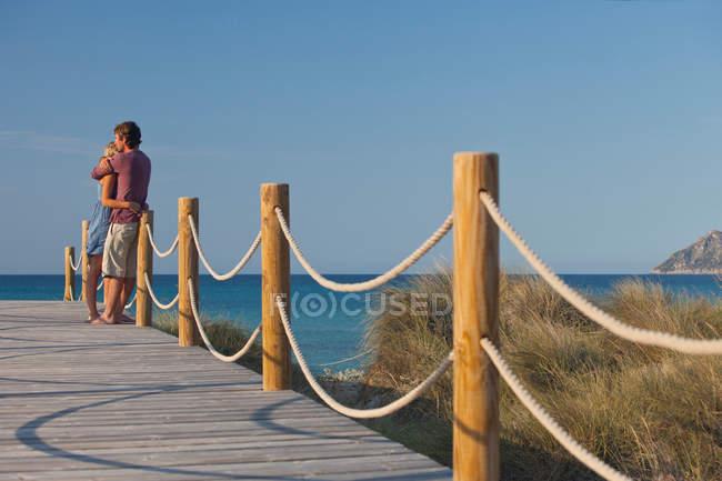 Пара, що обіймає море — стокове фото