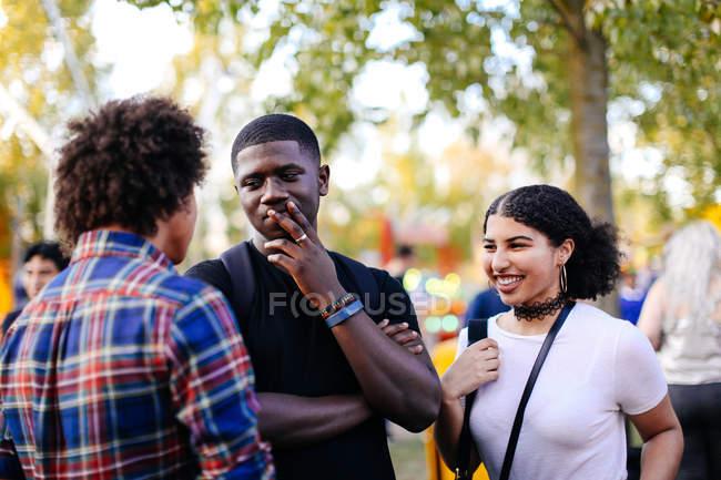 Группы друзей в funfair — стоковое фото