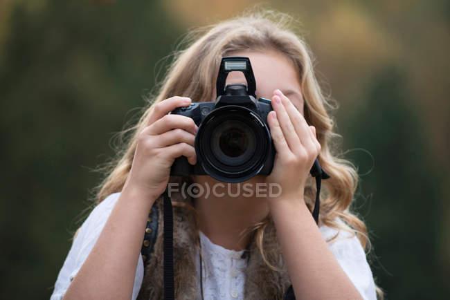 Retrato de niña tomando fotografías - foto de stock