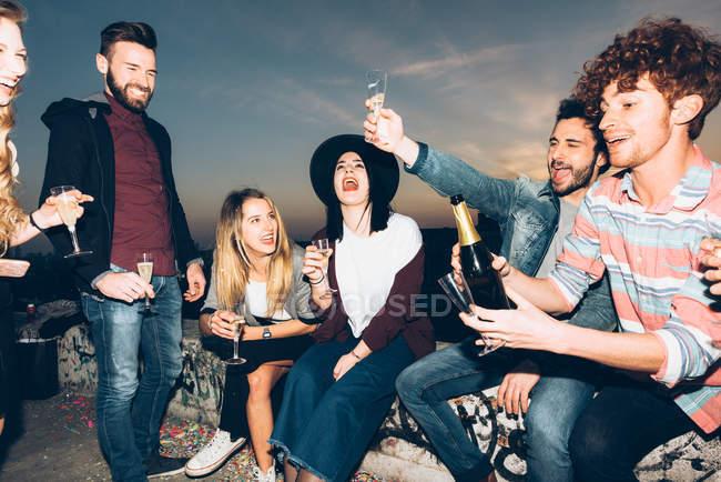 Grupo de amigos curtindo festa de telhado — Fotografia de Stock