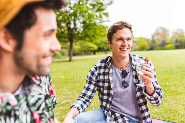 Grupo de amigos desfrutando de piquenique — Fotografia de Stock