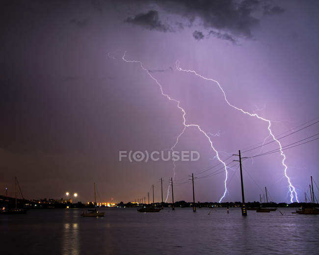 Foudre sur les bateaux et les lignes électriques — Photo de stock