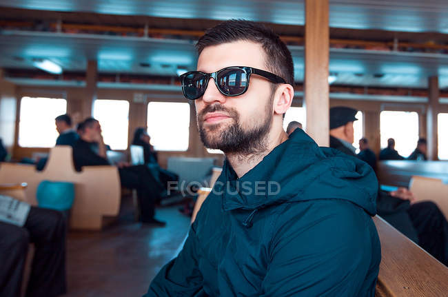 Retrato de homem em balsa usando óculos de sol — Fotografia de Stock