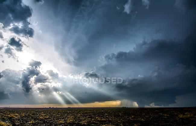 Crepuscular промені через хмари навколо supercell хмарність — стокове фото