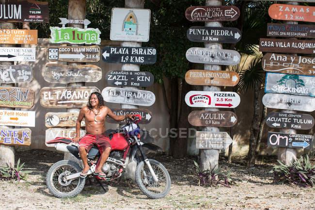 Пожилой человек на мотоцикле — стоковое фото