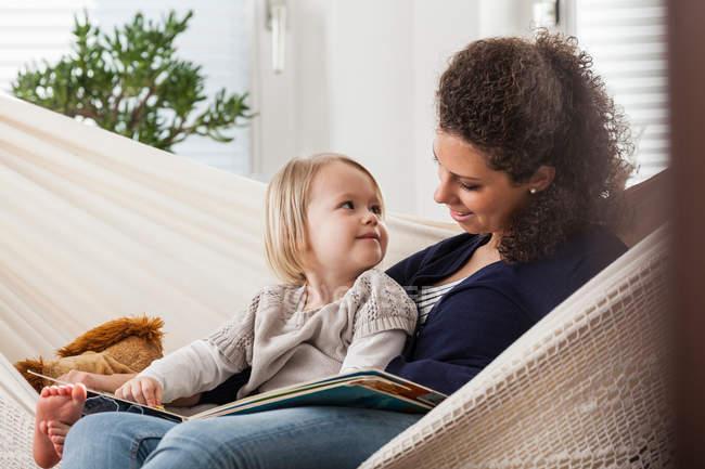 Mutter und Tochter in der Hängematte — Stockfoto