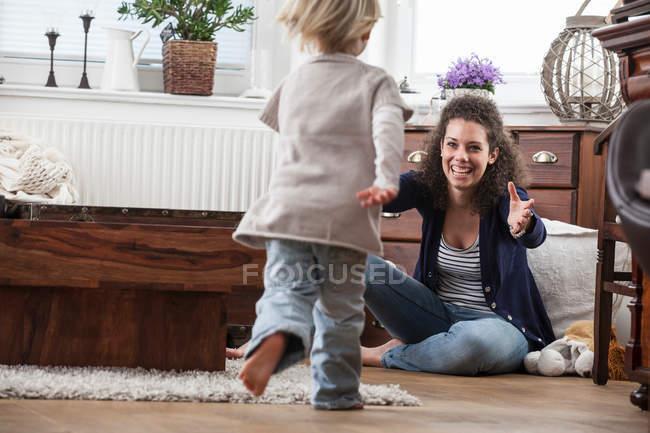 Mutter und Tochter spielen auf dem Fußboden — Stockfoto