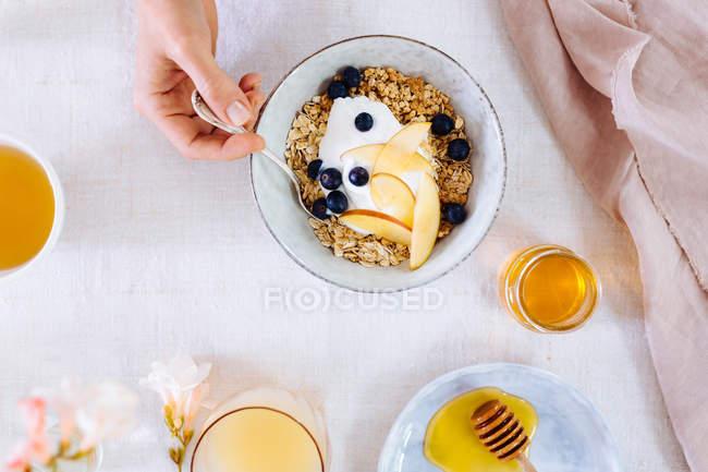 Женщина ест чаша завтрак — стоковое фото