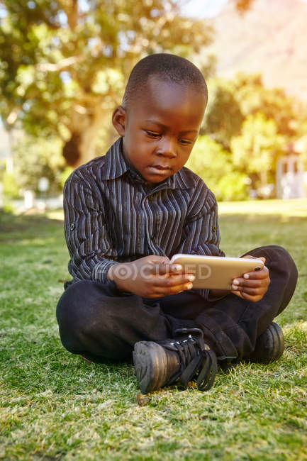 Garçon jouer jeu sur téléphone cellulaire — Photo de stock
