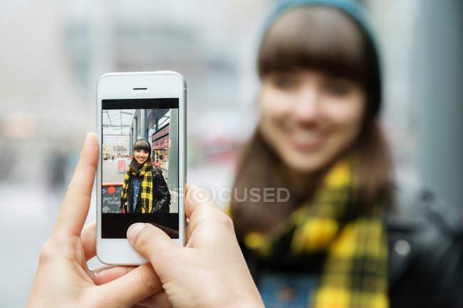 Weibliche Hände fotografieren besten Freund — Stockfoto