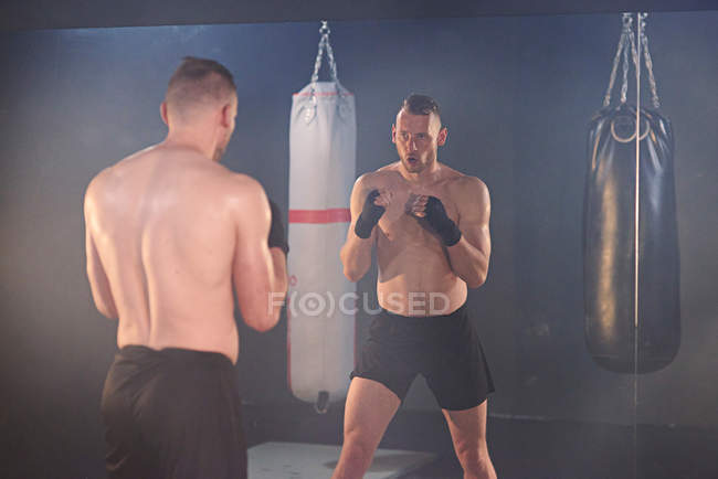 Entraînement de boxe en salle de gym — Photo de stock