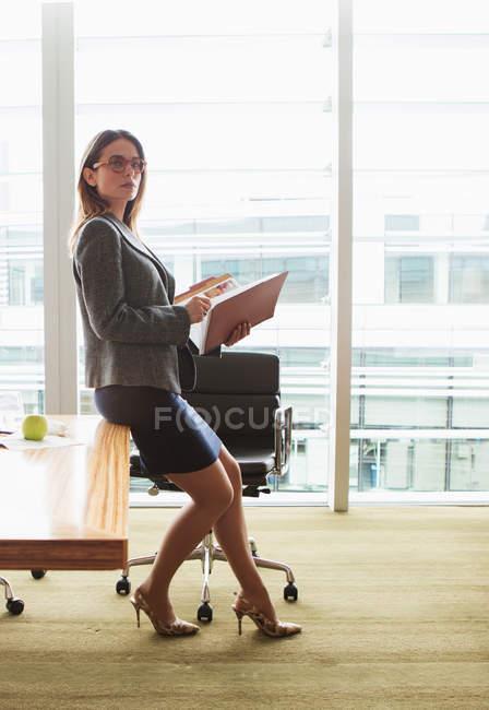 Деловая женщина просматривает папку — стоковое фото