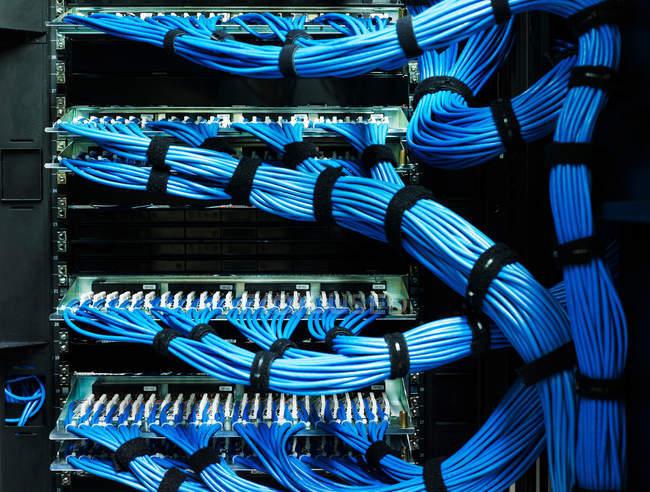 Синий кабель на оборудование для хранения данных — стоковое фото