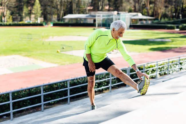 Mann stretching Fuß auf Schritt — Stockfoto