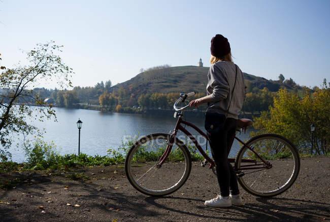 Ciclista joven - foto de stock