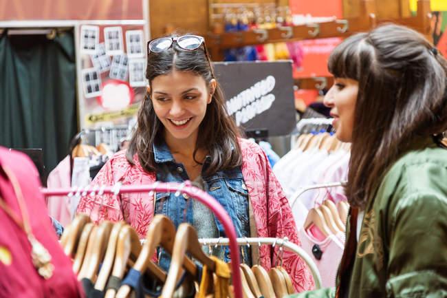 Молодые покупательницы — стоковое фото