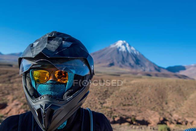 Жінка з мотоцикл шолом — стокове фото