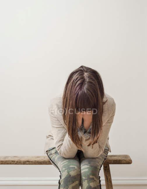 Mulher com cabeça nas mãos — Fotografia de Stock