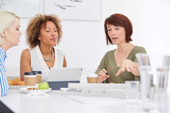 Female architect explaining architectural model — Stock Photo