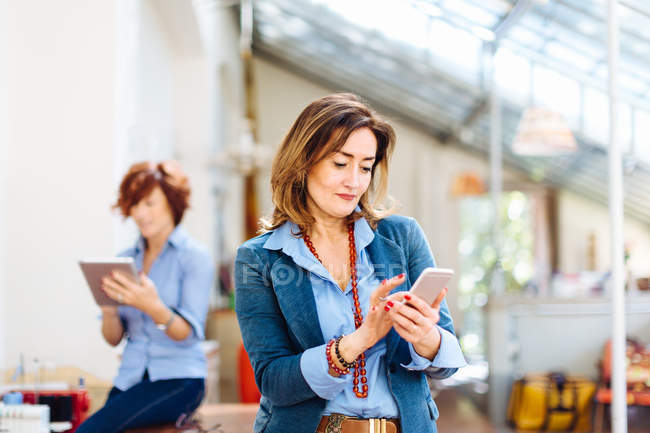 Donne che utilizzano smartphone e tablet digitale — Foto stock