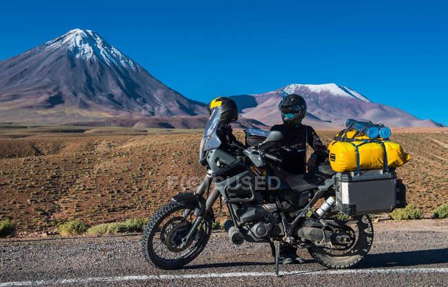 Жінка стояв за її мотоцикл — стокове фото