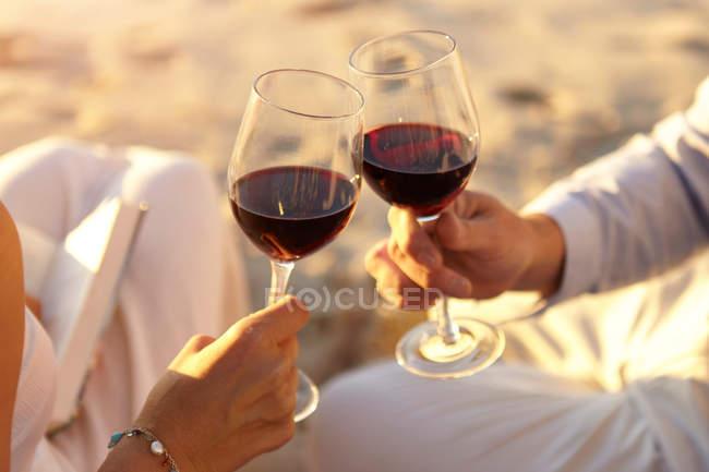 Пара пьющих красное вино — стоковое фото