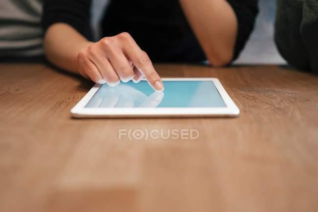 Жінка користується цифровим планшетом. — стокове фото