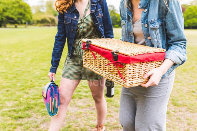 Zwei Frauen gehen über Feld — Stockfoto