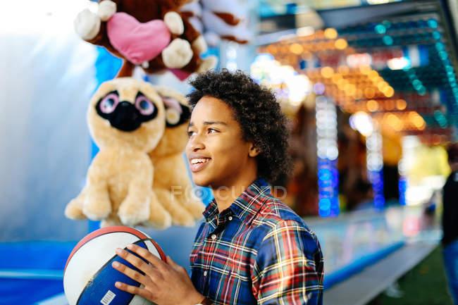 Молодий хлопчик в парк атракціонів, гра — стокове фото