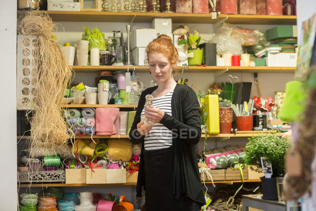 Florist working in shop — Stock Photo