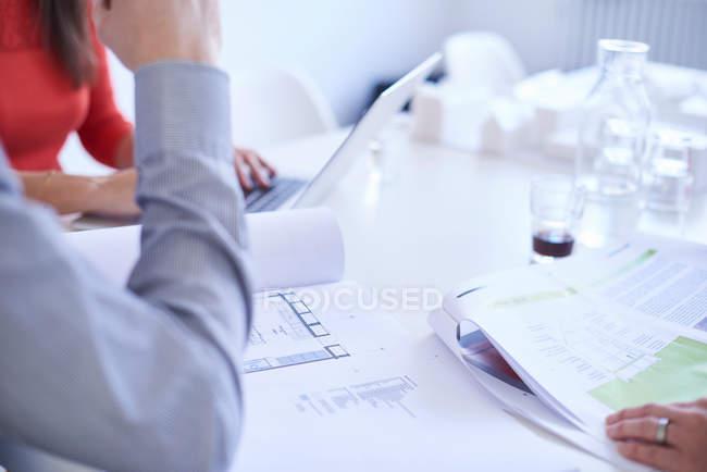 Vue recadrée des collègues en réunion — Photo de stock