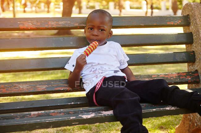 Junge essen Eis am Stiel — Stockfoto