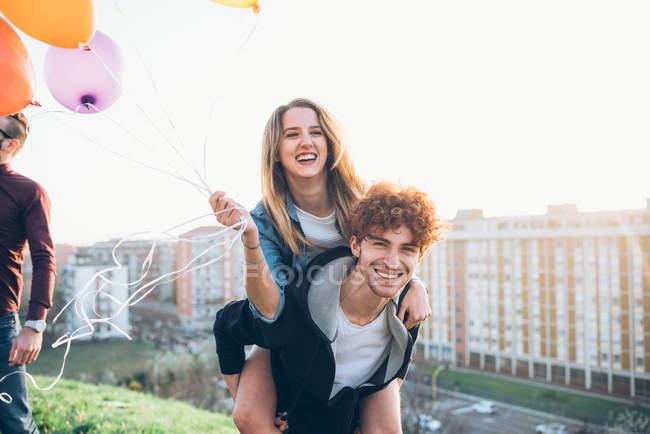 Amigos desfrutando de festa no telhado — Fotografia de Stock