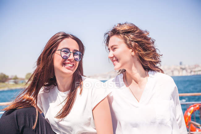 Two young female tourists — Stock Photo