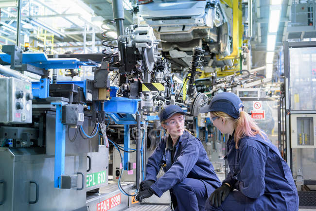 Female maintenance engineers in car factory — Stock Photo