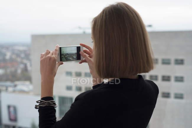 Jovem empresária fotografa — Fotografia de Stock
