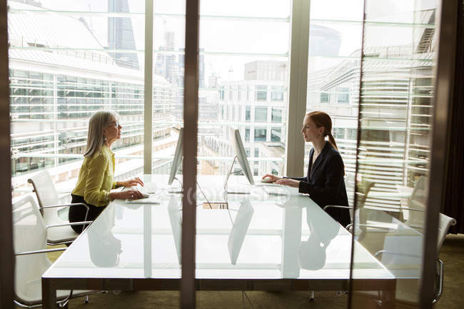 Femmes d'affaires travaillant à l'ordinateur — Photo de stock