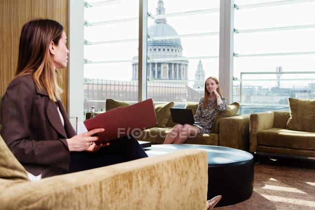 Unternehmerinnen Treffen Auf Buro Sofa Geschaft Geschaftsfrau